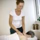 Anni masserer en klient på nakken